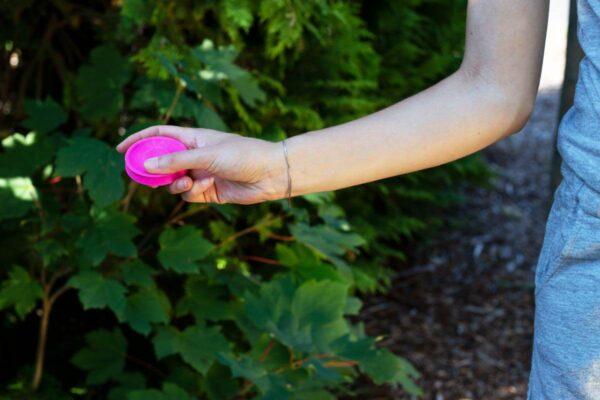 Mini Frisbee in der Hand